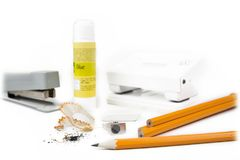 铅笔和磨削器有订书机和穿孔机的 库存照片