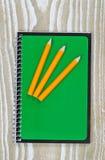 铅笔和笔记薄在办公室桌面上 免版税库存图片