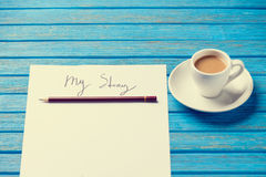 铅笔和纸与我的故事在咖啡附近措辞 免版税库存照片