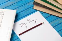 铅笔和纸与我的故事在笔记本附近措辞 库存照片