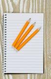 铅笔和纸在桌面顶部 免版税库存图片