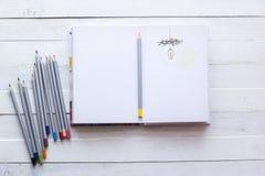 铅笔和纸笔记本创造性、艺术、笔记和drawin的 图库摄影