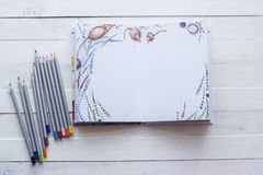 铅笔和纸笔记本创造性、艺术、笔记和drawin的 免版税库存图片
