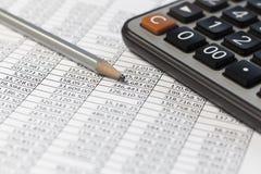 铅笔和计算器在书桌桌上与金融帐户docum 库存照片