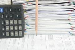 铅笔和计算器在垂直在财务报告 库存照片