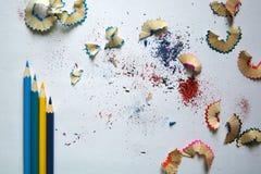 铅笔和锯木屑在白色背景 免版税库存图片