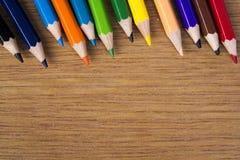 铅笔在木背景上色 库存图片