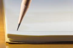 铅笔技巧在笔记本纸的 库存图片
