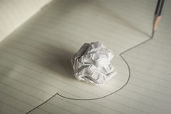 铅笔被画的线避免一个被弄皱的纸球避免差错骗局 免版税图库摄影