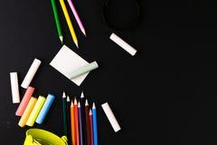铅笔,蜡笔,放大镜 学校 库存图片
