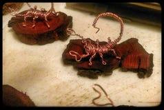 铜丝在被弄脏的豆科灌木登上的蝎子雕塑 免版税库存照片