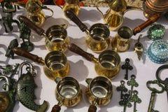 铜为做土耳其咖啡、古老钥匙和锁设置  库存照片