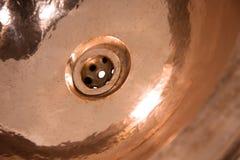 铜圆的水槽细节  布朗在减速火箭的样式的铜水槽 家的古色古香的水槽 宏观射击 免版税图库摄影