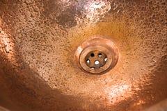 铜圆的水槽细节  布朗在减速火箭的样式的铜水槽 家的古色古香的水槽 宏观射击 免版税库存图片