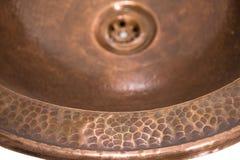 铜圆的水槽细节  布朗在减速火箭的样式的铜水槽 家的古色古香的水槽 宏观射击 库存照片