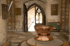 铜字体在诺威治大教堂里 库存照片