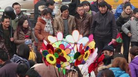 铜川中国2月26日2012年:在医学在中国春节期间的寺庙市场的上帝的人群, 股票录像