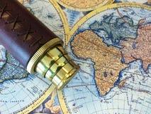 黄铜望远镜和地图 库存照片