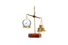 黄铜标度平衡的金钱和时间概念 免版税库存照片
