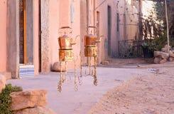 铜水壶和燃烧器在销售中在街道 摩洛哥 免版税库存照片