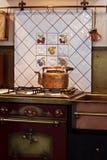 铜水壶火炉 免版税图库摄影