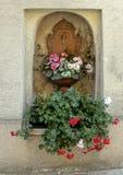 铜水子口和碗种植与在一个适当位置的可爱的花在墙壁,克雷姆斯河,奥地利 图库摄影