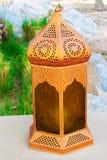 铜灯笼阿拉伯样式街道照片绿色自然背景 库存图片