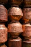 铜烹调罐在市场上 库存照片