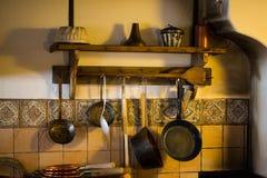 铜罐在一个老农夫` s厨房,农舍客厅里 库存图片