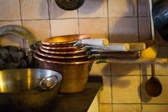 铜罐在一个老农夫` s厨房,农舍客厅里 库存照片