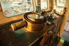 铜老古老方向盘在驾驶舱内老  免版税库存照片