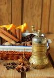 铜胡椒磨和香料烹调的 免版税库存图片
