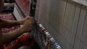 铜追赶者在workproduction和编织的地毯和织品 股票录像
