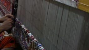 铜追赶者在workproduction和编织的地毯和织品 股票视频