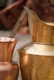 铜金黄金属平底锅花瓶 免版税图库摄影