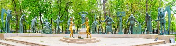 铜雕塑在公园在Bolotnaya摆正 免版税库存图片