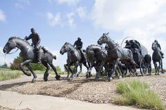 铜雕塑在现代城市俄克拉何马 免版税库存照片