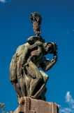 铜雕塑特写镜头与蓝色和晴朗的天空的 在奥尔维耶托的一个正方形 免版税库存照片