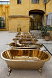 黄铜浴缸和雕象 图库摄影