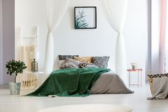 铜nightstand和梯子机架 图库摄影