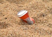 铝制容器饮料沙子 免版税库存图片