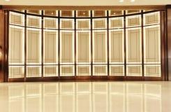 铝合金玻璃墙和被带领的光 库存照片