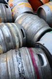 铝啤酒萍果汁桶 免版税库存照片
