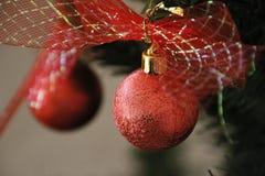 铝排列被分类的时段圣诞节装饰红色 免版税库存照片