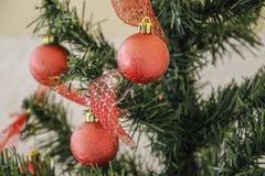 铝排列被分类的时段圣诞节装饰红色 免版税图库摄影