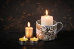 铝杯子作为有粗麻布手工制造装饰的一个烛台和 免版税库存照片