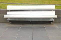 铝椅子在公园 库存照片
