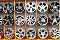 铝汽车为轮子装边 免版税库存图片
