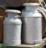 铝牛奶罐头 库存照片