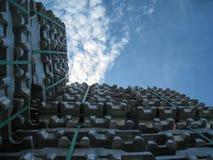 铝物质锭堆天空 免版税图库摄影